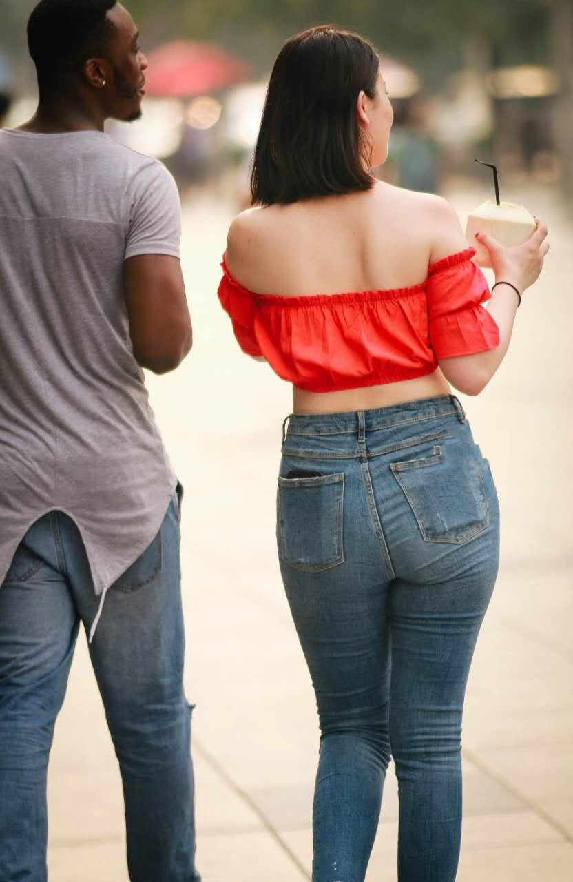 操大屁股熟女_牛仔紧身裤熟女, 这肥硕的臀部曲线, 难怪外国黑男友那么喜欢她