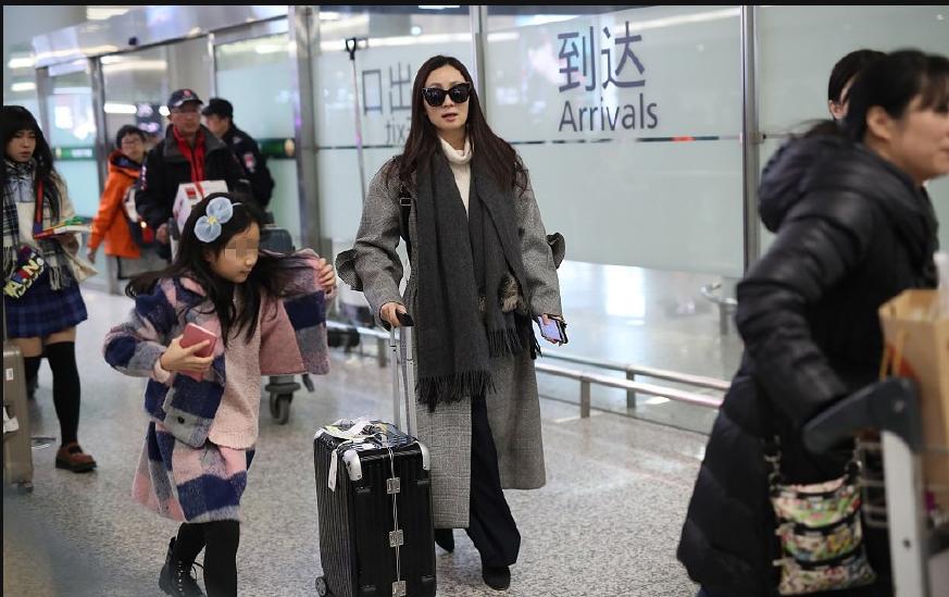 陶虹带女儿现身机场超有气质 徐小宝呆萌挡脸超可爱
