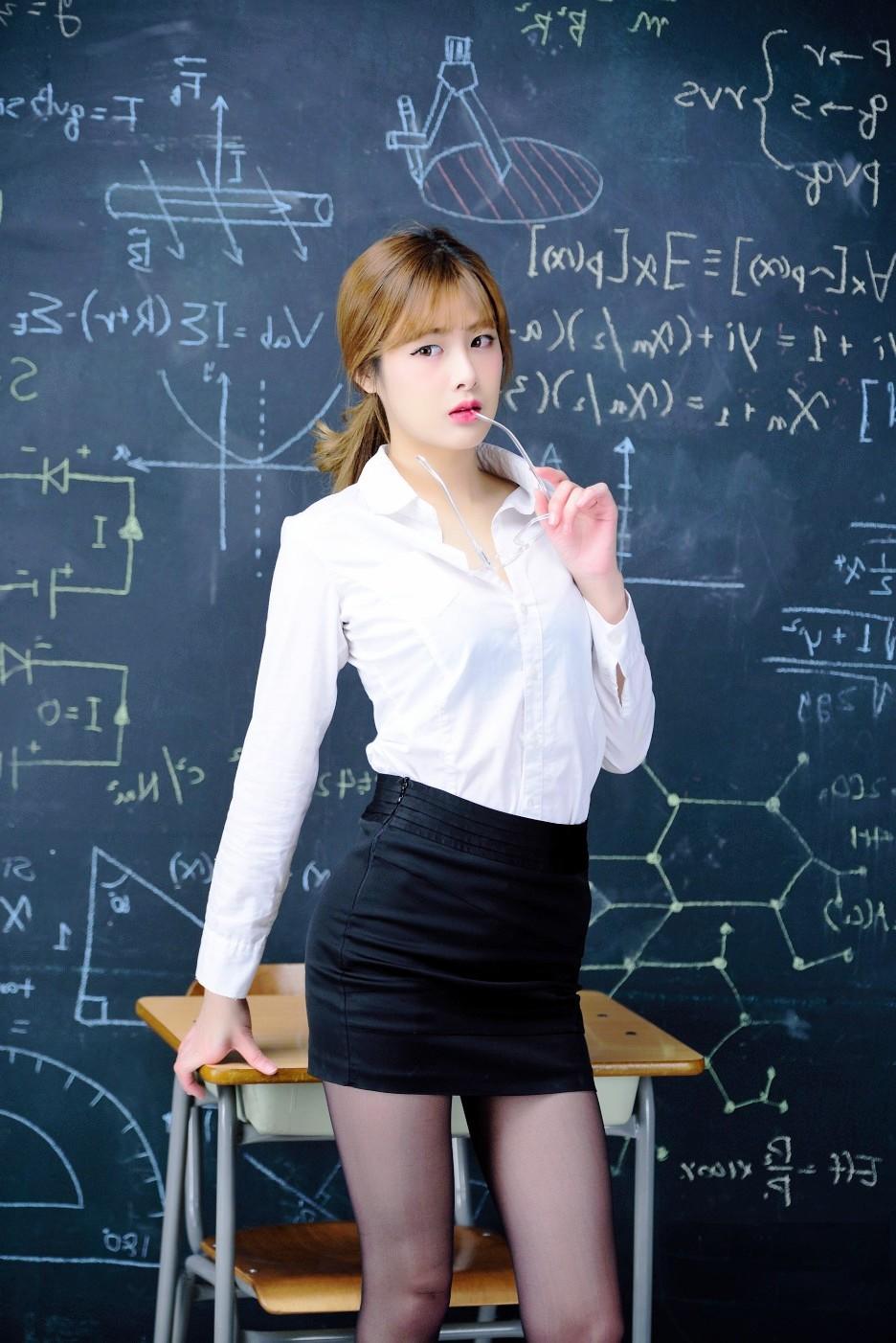 我和新来的女老师_学校里新来一个爱拍照的美女老师!
