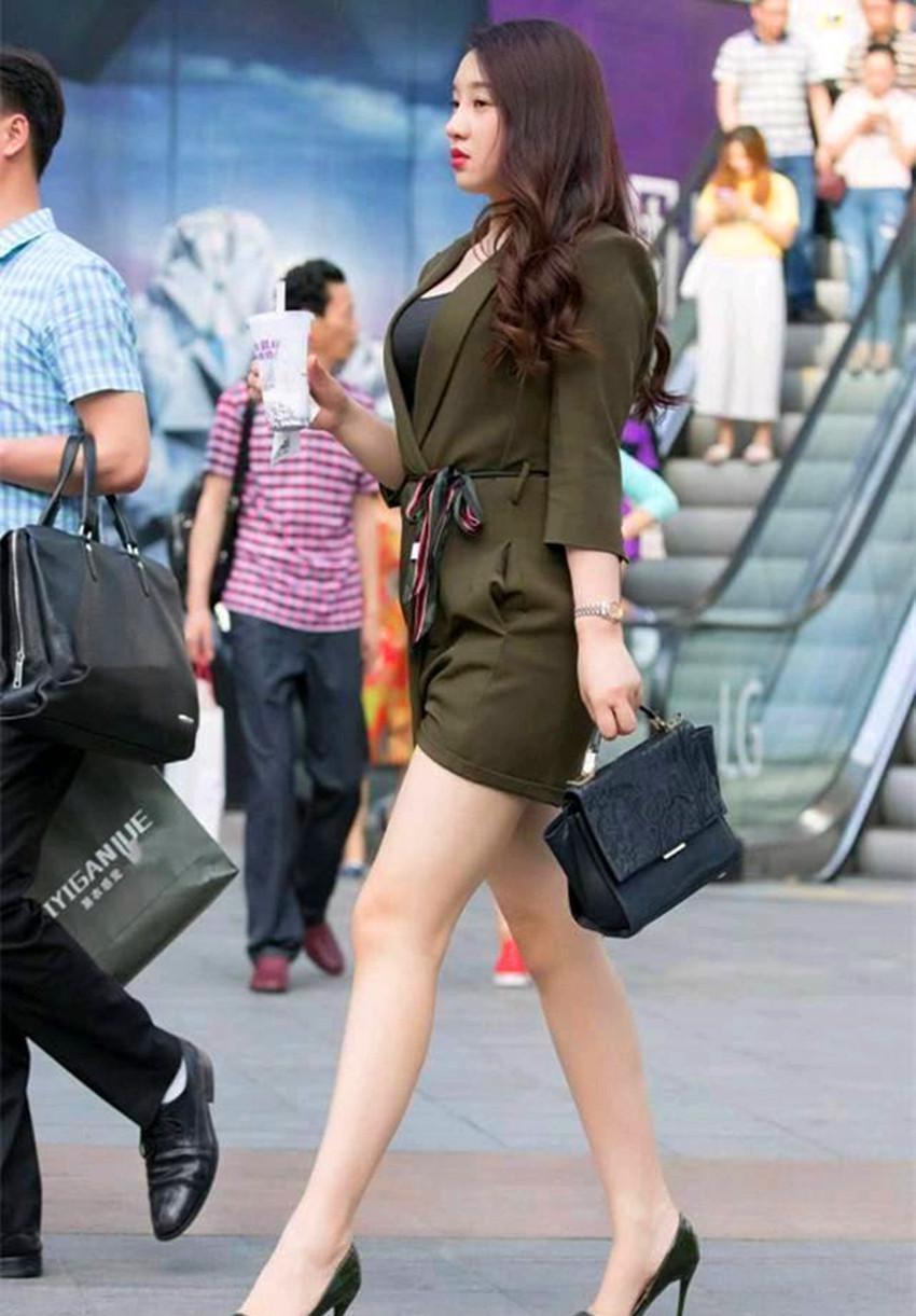 高跟鞋丝袜美女�9��_街拍:1长发美女,丝袜配高跟鞋,展现完美好身材!