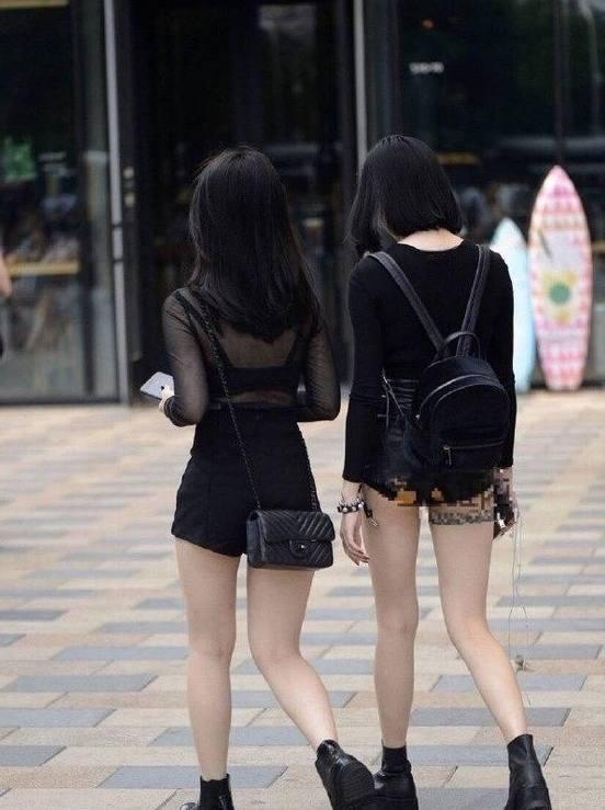 和妈妈姐姐妹妹做爱的故事_双胞胎妹妹不穿内衣逛街, 看到姐姐的穿搭我明白了什么