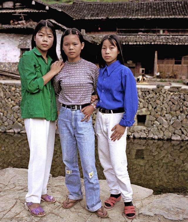 1990年中國農村老照片, 圖5的姑娘很時尚圖片