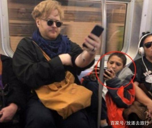 熊孩子地铁霸座玩手机,胖哥上来一屁股解决,网友看着真解气