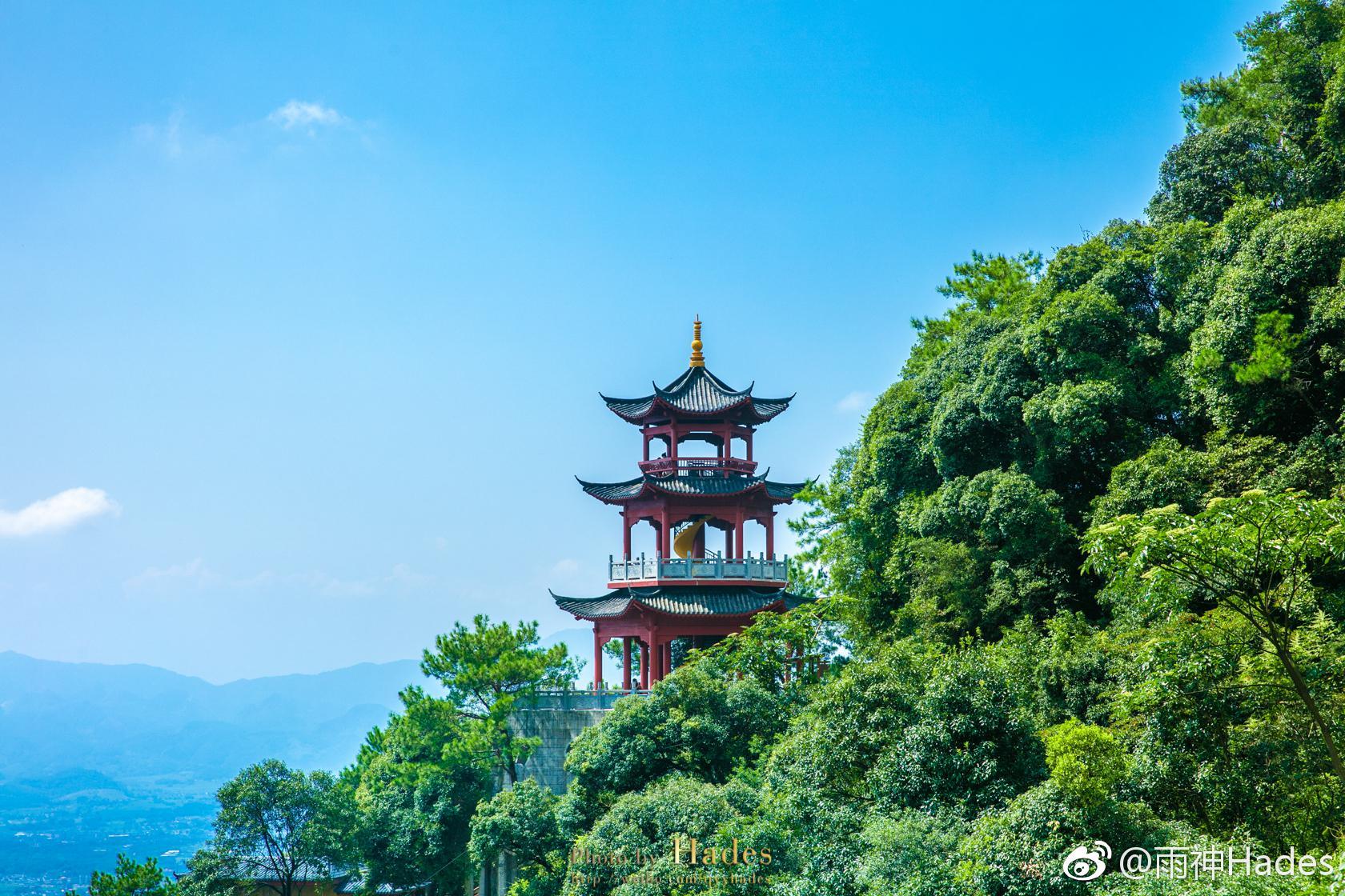 云門山風景區位于韶關乳源瑤族自治縣.這里地處山野,群山環抱