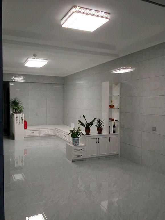 瓷砖上墙,颜色还是银白的,这效果跟澡堂子似的!