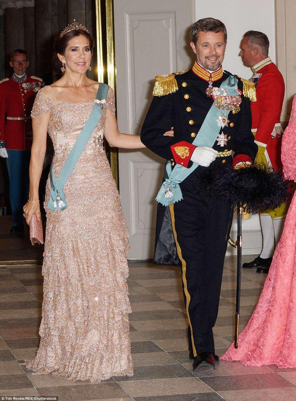 丹麦王储妃玛丽_丹麦王储妃玛丽参加老公生日庆祝活动,绣花白色裙子美