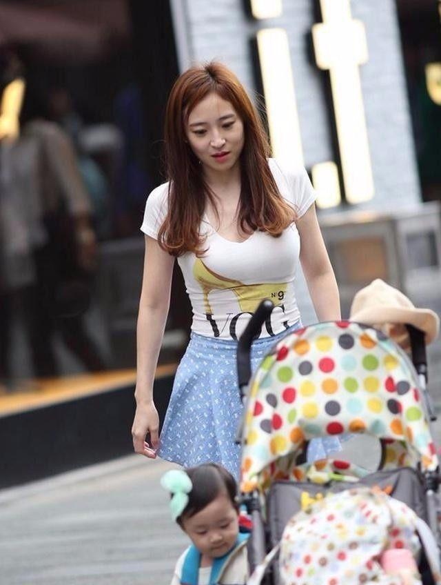 丰满妈妈����_辣妈街拍: 丰满辣妈带娃上街姿色犹存, 成功吸引众人火热的目光