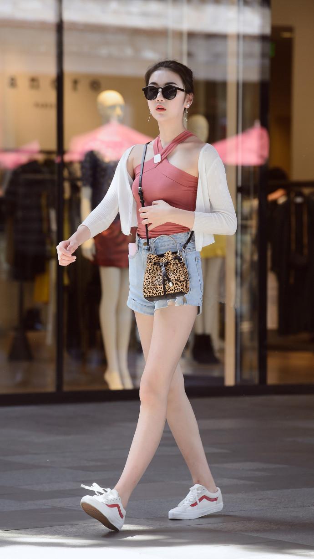 小外搭_金色丝绒小外套搭配蛇形高跟鞋,时髦又有女人味!