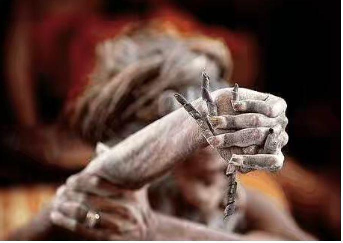 一舉30年!印度苦行僧為了修行 高舉右手不曾放下 現在變成「這樣」... 網嚇慘:何苦呢?