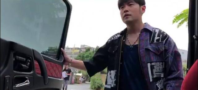 周杰伦现身台北街头,穿背心露胸肌,似录制自制澳门金沙城娱乐中心《周游记》?