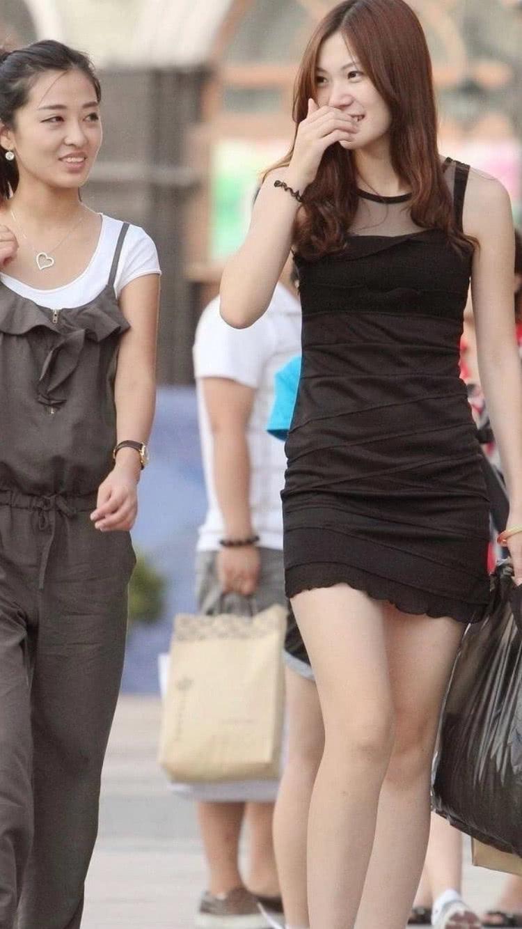 色小姐无愹.�_街拍美女:一身小黑裙,身材完美展现,小姐姐面露娇羞之色