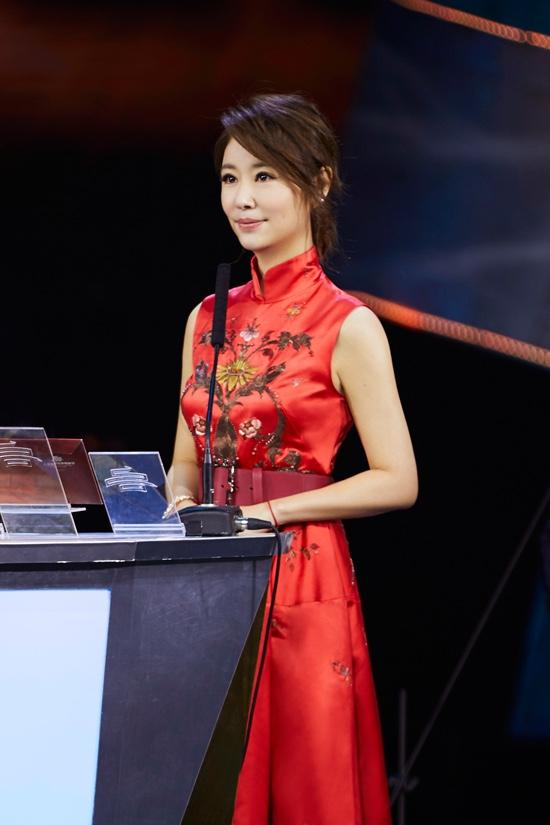 林心如出席上合电影节 一袭红裙诠释最美中国风