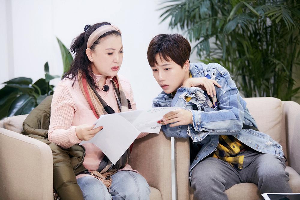 刘维与母亲合唱《小城故事》 母亲读信流露真情