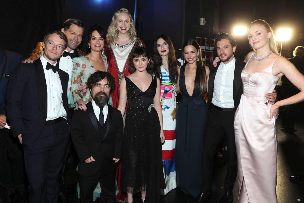 泪奔!《权游》演员齐聚HBO庆功宴,龙妈、雪诺、詹姆同框出镜