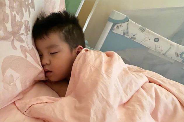 """""""槿汐姑姑""""孙茜晒3岁儿子睡姿,吐槽老公蔡远航:这就是亲爹"""