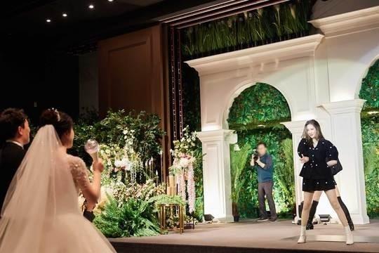 李宣美参加粉丝婚礼 热情的舞台祝贺幸福