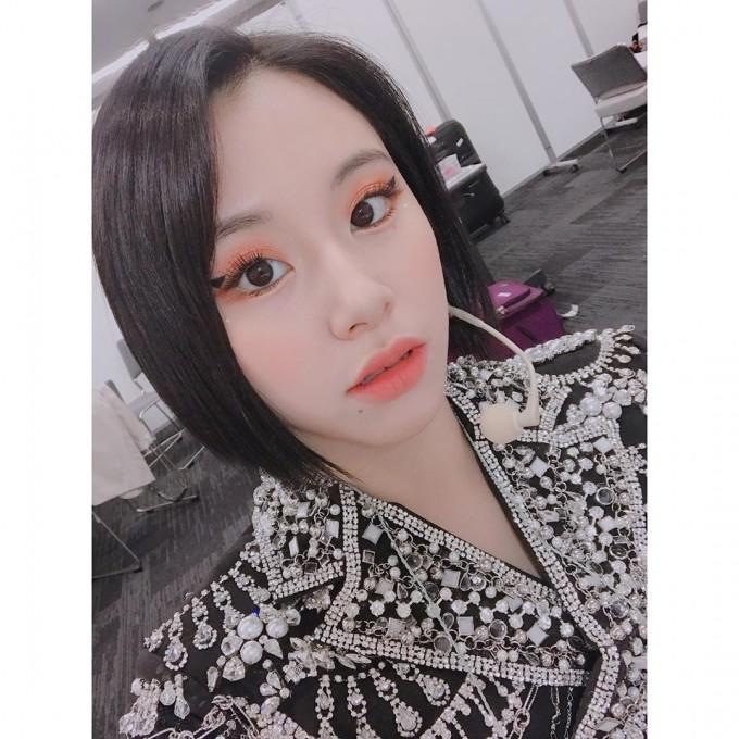 TWICE郑采妍以健康的姿态打招呼!画可爱南瓜色眼影
