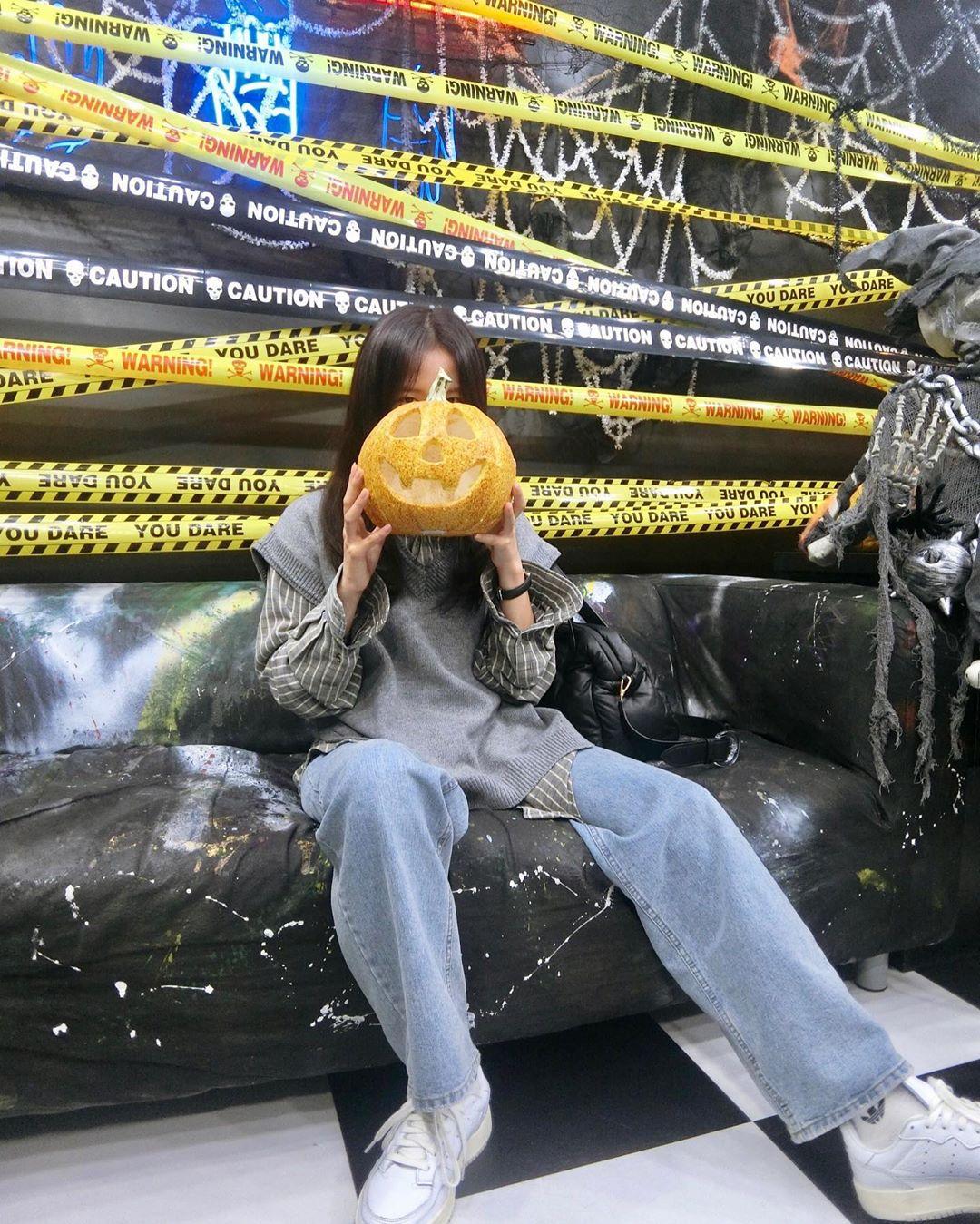 BLACKPINK金智秀在她的新万圣节照片中是一个幽灵般的美人