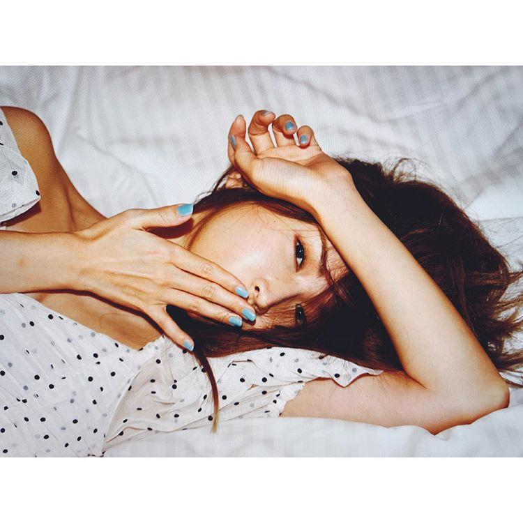 粉丝对躺在床上的纱荣子的性感写真赞不绝口