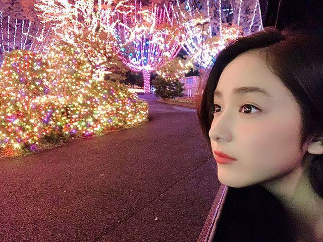 平祐奈被灯饰迷倒的侧脸很美