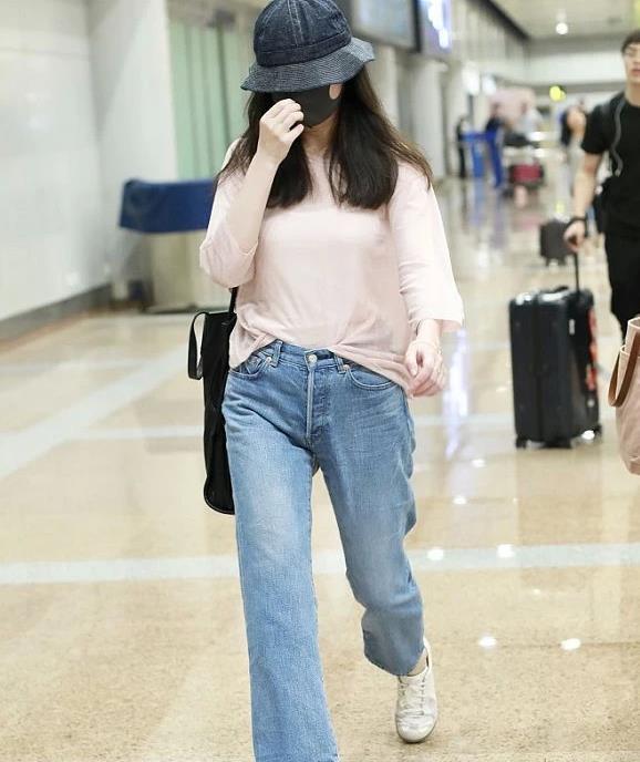 倪妮穿淡粉色长袖T恤,塞进牛仔裤,简简单单穿出清爽气质