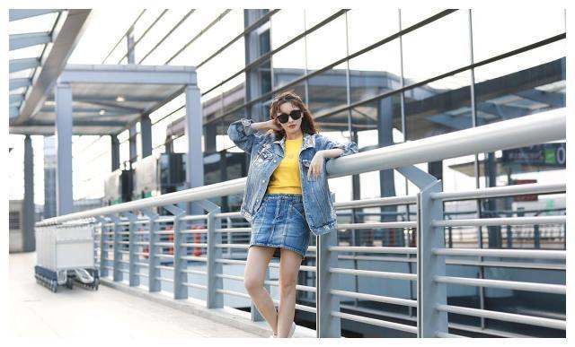 彭小苒街拍:SMFK涂鸦夹克搭配短裙 牛仔套装元气少女