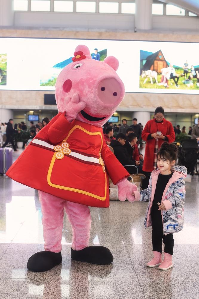 《小猪佩奇过大年》曝首支粤语版预告 联动线下机场快闪惊喜升级