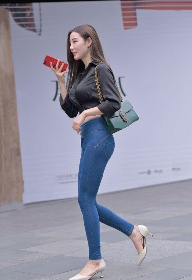舒适休闲的穿搭窍门,潮流时尚的显瘦牛仔裤,适合朴素的女生