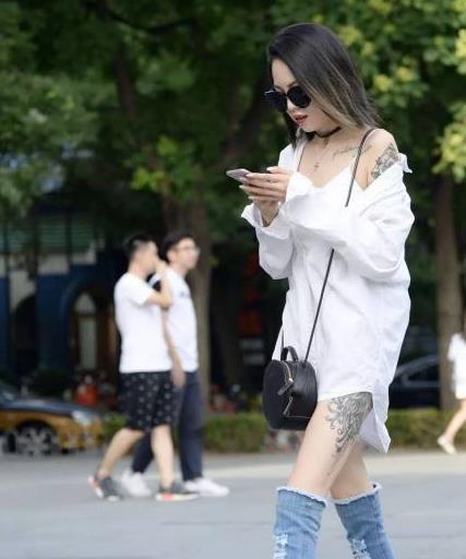 小姐姐穿着一双可以当裤子的鞋,搭配白衬衫潮流感十足!