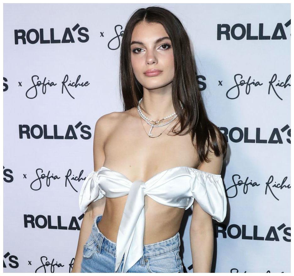 Olivia Rodriguez出席发布会,身穿白色上衣搭牛仔裤休闲时尚