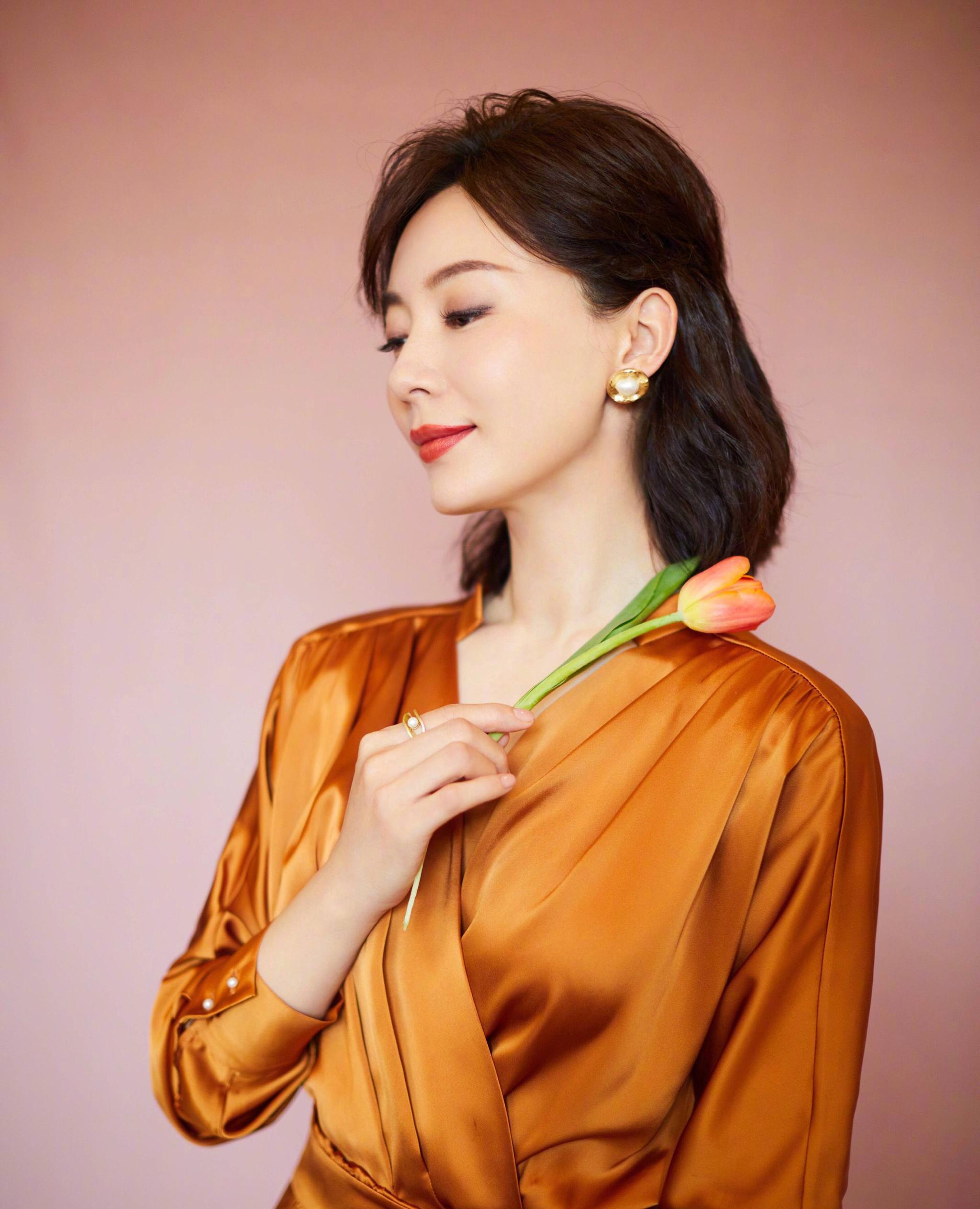 女人_陈数出席活动身着金色礼服,精致容颜,彰显成熟女人高贵优雅气质