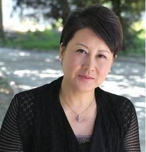 56岁张凯丽穿短裙赶潮流,遭嫌弃,网友道:简直臭美天下第一人!