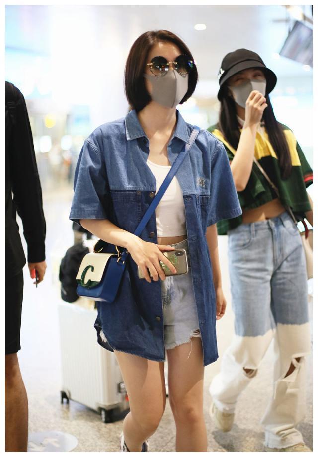 张雪迎街拍:Supreme牛仔衫搭配毛边热裤 Chloe拼色包包活力满满