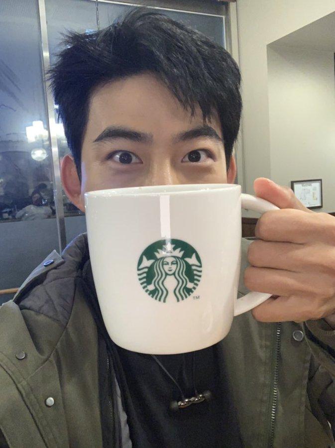 2PM玉泽演近况报告 用杯子遮住微笑的王子