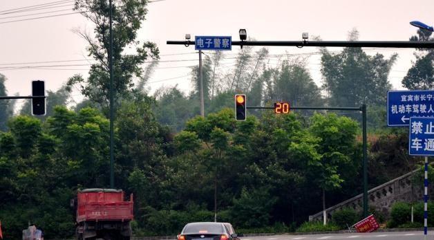 """你知道吗?高速上的""""区间测速""""原理其实很简单"""