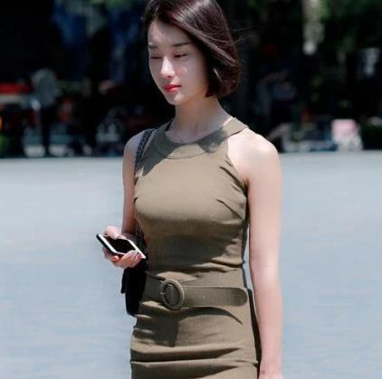 街拍:潮流时尚小姐姐,经典搭配大气又高级,回头率超高