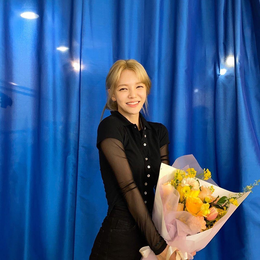 AOA申智珉手捧鲜花灿烂笑容 公开幸福的近况照片