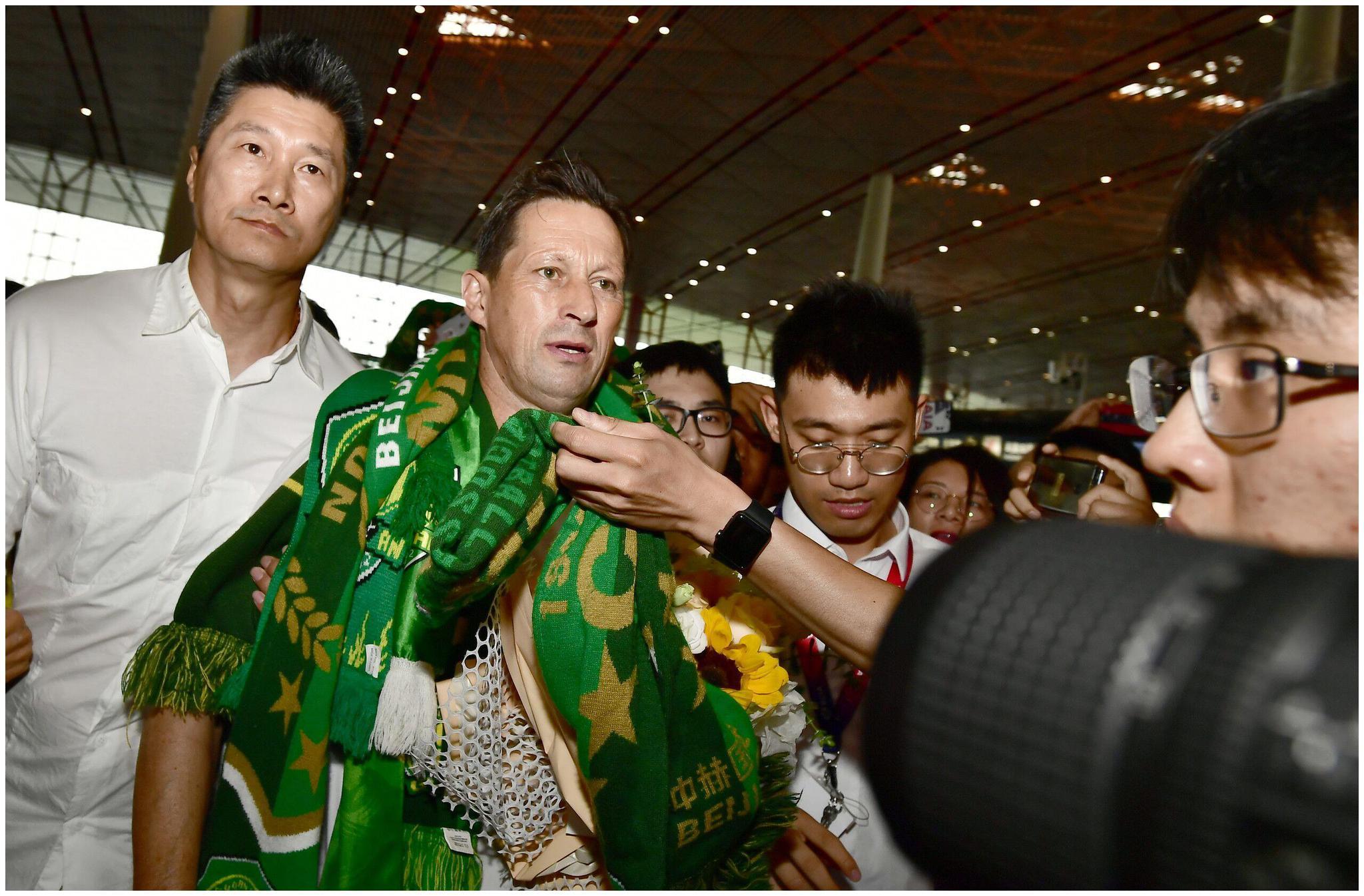 多图流:施密特泪别京城,千名球迷与国安领队机场送别