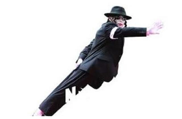 流行天王迈克尔杰克逊的45度倾斜滑步是如何做到的!
