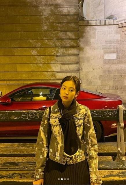 BLACKPINK金智妮以海外街道为背景公开像写真照片一样的日常照片