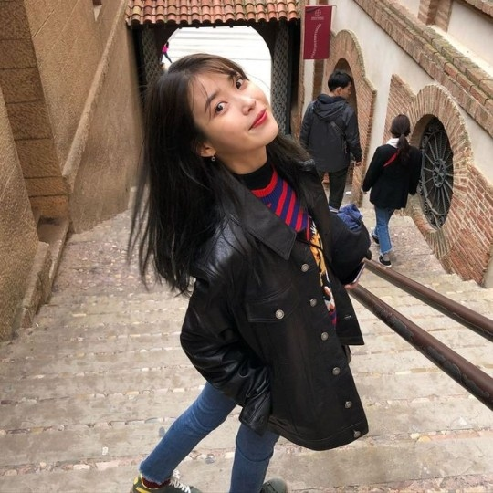 IU在西班牙享受假期 像写真一样的近况公开