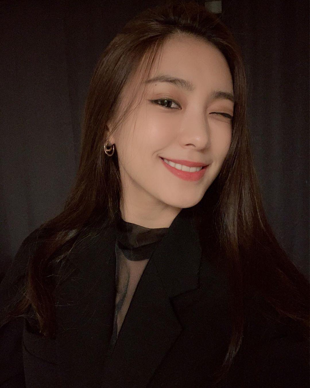 前SISTAR的尹宝拉公开笑容令人印象深刻的自拍 展示成熟的美貌