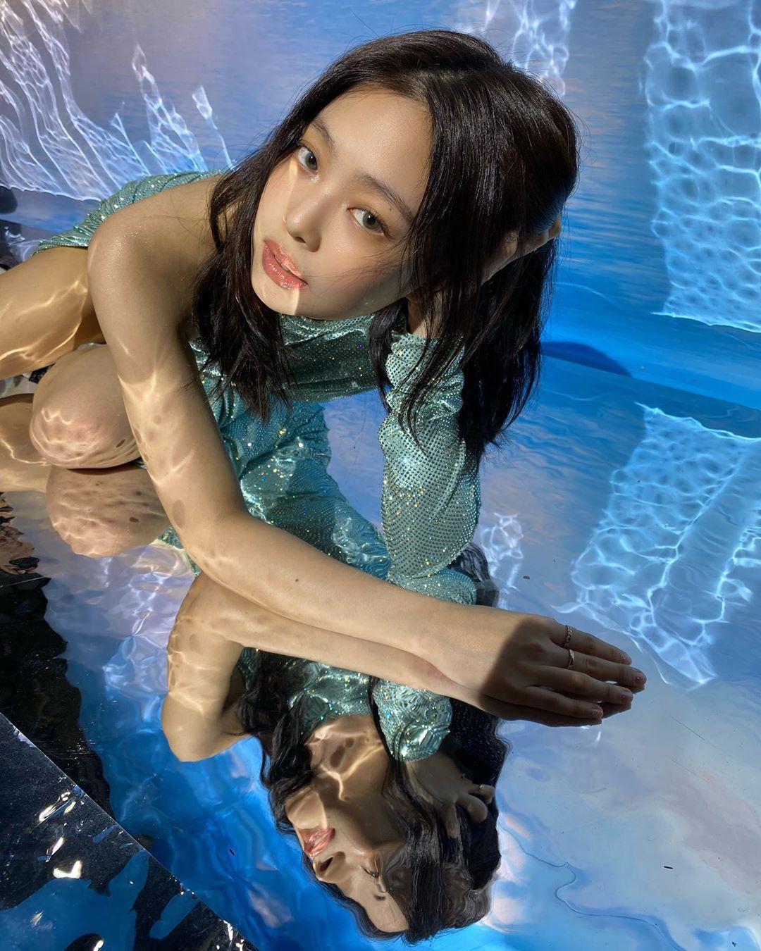 BLACKPINK的Lisa抓拍到了珍妮内心深处的美人鱼