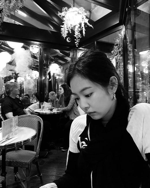 BLACKPINK 金智妮公开充满活力的日常 有氛围的黑白照片