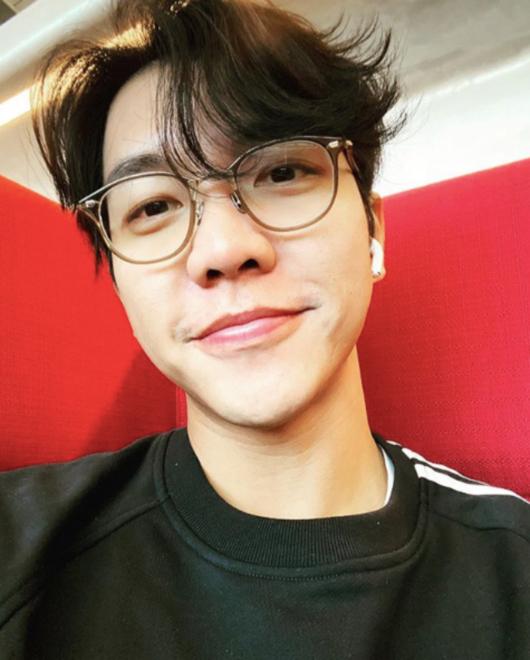 李胜基公开新年近况照片 戴眼镜的样子让人心动
