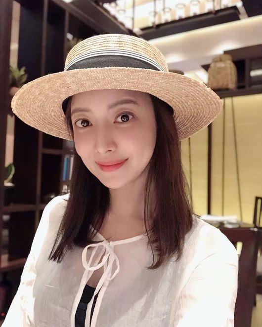 尹世雅公开曼谷自拍 自然化妆也能发光的美貌