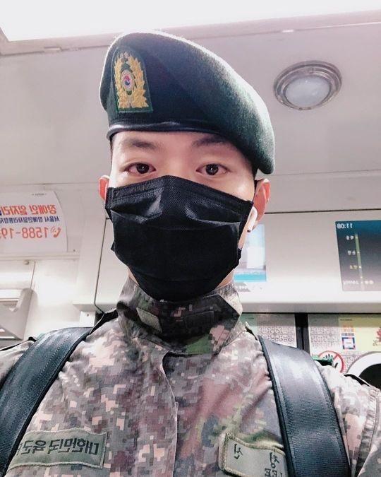CNBLUE李正信身着军装迎接新年 在军队迎来了30岁