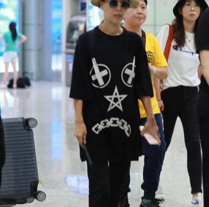 那英穿黑色T恤配小黑裤时尚又潮流,脚上鞋子更减龄!