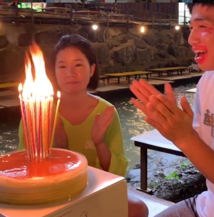 俞世润在妻子44岁生日时点燃了44根蜡烛