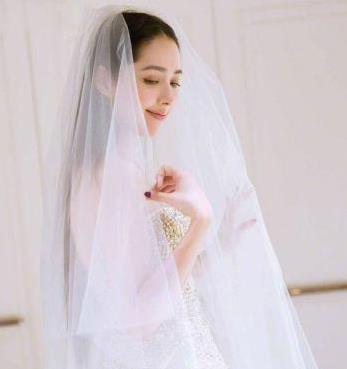 郭碧婷素颜VS婚纱照,网友:谁跟谁俩呢,我太难了太难了